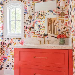 Ejemplo de aseo tradicional renovado, de tamaño medio, con puertas de armario naranjas, paredes multicolor, lavabo bajoencimera, encimera de mármol, suelo marrón, armarios con paneles empotrados, suelo de madera oscura y encimeras blancas