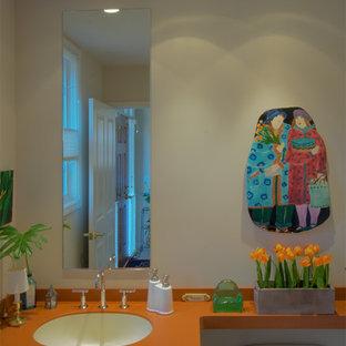 デトロイトのコンテンポラリースタイルのおしゃれなトイレ・洗面所 (オレンジの洗面カウンター) の写真