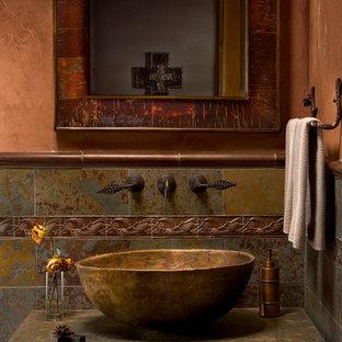 Ejemplo de aseo rústico, pequeño, con lavabo sobreencimera, paredes beige y baldosas y/o azulejos de pizarra