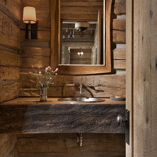 Kleine Rustikale Gästetoilette mit brauner Wandfarbe, Einbauwaschbecken, Waschtisch aus Holz, blauem Boden und brauner Waschtischplatte in Sonstige
