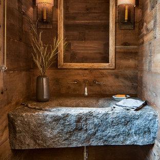 Aménagement d'un petit WC et toilettes montagne avec un mur marron, un plan de toilette en granite, un sol bleu, un lavabo intégré et un plan de toilette gris.