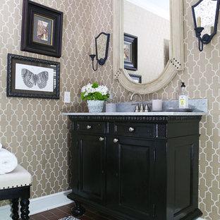 Foto di un bagno di servizio chic di medie dimensioni con consolle stile comò, ante nere, lavabo sottopiano, top in marmo, WC monopezzo, pareti beige, pavimento in mattoni, pavimento rosso e top bianco