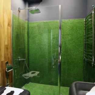 Идея дизайна: маленький туалет в современном стиле с инсталляцией, зеленой плиткой, плиткой мозаикой, серыми стенами, полом из мозаичной плитки, подвесной раковиной и зеленым полом