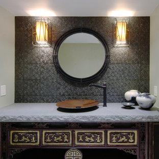 Ejemplo de aseo asiático, pequeño, con armarios tipo mueble, puertas de armario de madera en tonos medios, baldosas y/o azulejos marrones, paredes verdes, suelo de baldosas de porcelana, lavabo sobreencimera y baldosas y/o azulejos de metal