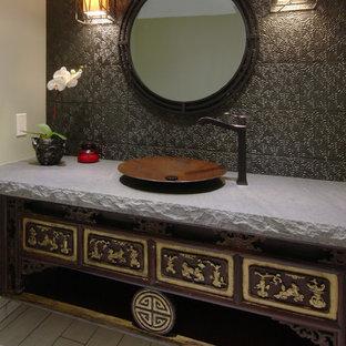 Идея дизайна: маленький туалет в восточном стиле с фасадами островного типа, темными деревянными фасадами, коричневой плиткой, полом из керамогранита, настольной раковиной, металлической плиткой и черными стенами