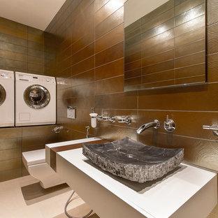 Создайте стильный интерьер: отдельная прачечная в современном стиле с одинарной раковиной, белыми фасадами и коричневыми стенами - последний тренд
