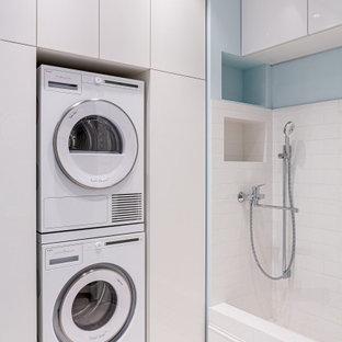 Свежая идея для дизайна: прачечная в современном стиле с с сушильной машиной на стиральной машине - отличное фото интерьера