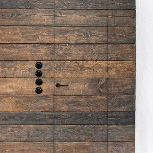 Diseño de cuarto de lavado lineal, nórdico, pequeño, con armarios con paneles lisos, puertas de armario blancas, encimera de madera, paredes grises, suelo de baldosas de porcelana, suelo gris y encimeras marrones