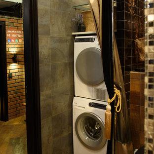 Esempio di un ripostiglio-lavanderia industriale con pareti grigie, lavatrice e asciugatrice a colonna e pavimento arancione