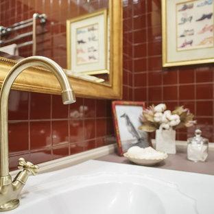Exempel på en mellanstor klassisk beige linjär beige tvättstuga enbart för tvätt, med en enkel diskho, luckor med upphöjd panel, beige skåp, granitbänkskiva, röda väggar, klinkergolv i keramik, en tvättpelare och rött golv