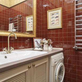 Idéer för mellanstora vintage linjära beige tvättstugor enbart för tvätt, med en enkel diskho, luckor med upphöjd panel, beige skåp, granitbänkskiva, röda väggar, klinkergolv i keramik, en tvättpelare och rött golv