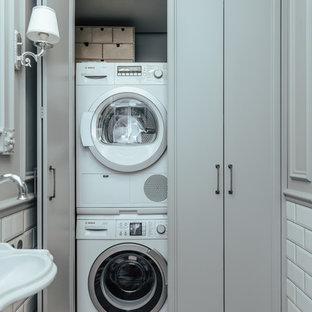 Пример оригинального дизайна: кладовка в стиле современная классика с с сушильной машиной на стиральной машине