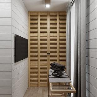Idéer för att renovera en liten lantlig tvättstuga enbart för tvätt, med luckor med lamellpanel, skåp i ljust trä, vita väggar, klinkergolv i keramik, tvättmaskin och torktumlare byggt in i ett skåp och beiget golv