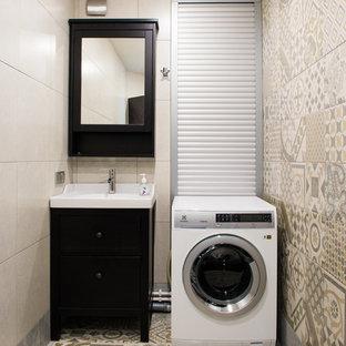 Новые идеи обустройства дома: маленькая отдельная прачечная в современном стиле с плоскими фасадами, бежевыми стенами, полом из керамогранита, черными фасадами и одинарной раковиной