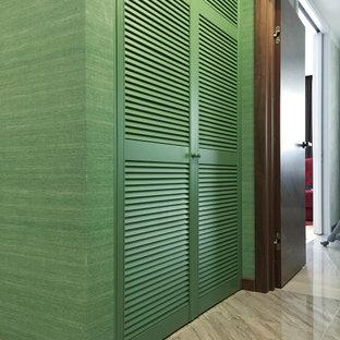 Idee per una piccola lavanderia design con ante a persiana, ante verdi, pareti verdi, pavimento in gres porcellanato e pavimento grigio
