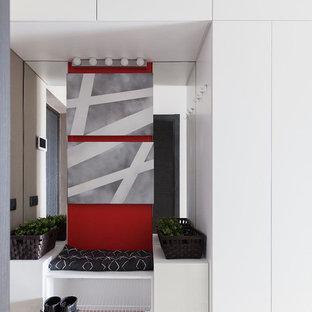 Идея дизайна: маленький тамбур в современном стиле с серыми стенами, полом из керамогранита и разноцветным полом