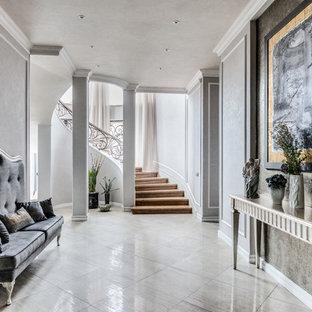 Источник вдохновения для домашнего уюта: узкая прихожая в стиле неоклассика (современная классика) с серыми стенами и серым полом