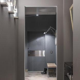Новый формат декора квартиры: входная дверь в современном стиле с серыми стенами, одностворчатой входной дверью, серой входной дверью и серым полом