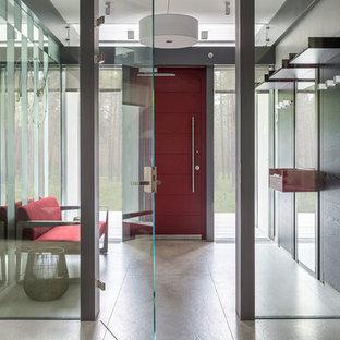 Новый формат декора квартиры: тамбур среднего размера в современном стиле с белыми стенами, полом из керамогранита, одностворчатой входной дверью, красной входной дверью и бежевым полом