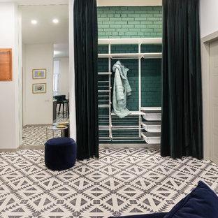 Неиссякаемый источник вдохновения для домашнего уюта: узкая прихожая среднего размера в современном стиле с белыми стенами, полом из керамической плитки, одностворчатой входной дверью и разноцветным полом