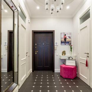 Выдающиеся фото от архитекторов и дизайнеров интерьера: входная дверь среднего размера в современном стиле с белыми стенами, одностворчатой входной дверью, входной дверью из темного дерева и полом из керамической плитки