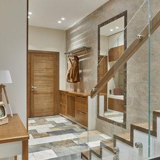 Выдающиеся фото от архитекторов и дизайнеров интерьера: входная дверь в современном стиле с серыми стенами, одностворчатой входной дверью, входной дверью из дерева среднего тона и разноцветным полом
