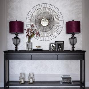 Пример оригинального дизайна: фойе среднего размера в стиле неоклассика (современная классика) с темным паркетным полом, бежевыми стенами и коричневым полом