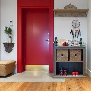 Новые идеи обустройства дома: входная дверь в стиле фьюжн с белыми стенами, паркетным полом среднего тона, одностворчатой входной дверью и красной входной дверью