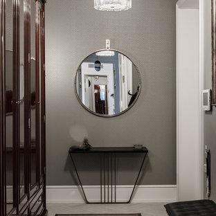 Свежая идея для дизайна: тамбур в стиле современная классика с серыми стенами - отличное фото интерьера