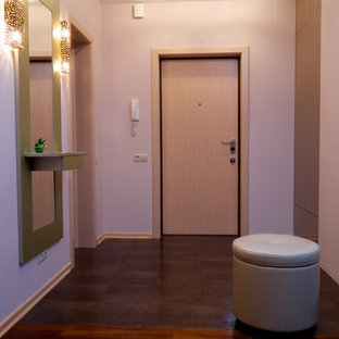 На фото: маленькая входная дверь в современном стиле с розовыми стенами, полом из керамической плитки, одностворчатой входной дверью, входной дверью из светлого дерева и фиолетовым полом с