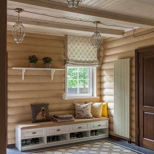 Пример оригинального дизайна: тамбур среднего размера со шкафом для обуви в стиле неоклассика (современная классика) с бежевыми стенами, полом из керамической плитки, одностворчатой входной дверью, коричневой входной дверью и разноцветным полом