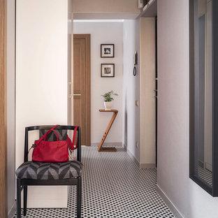 Источник вдохновения для домашнего уюта: узкая прихожая в современном стиле с белыми стенами и разноцветным полом