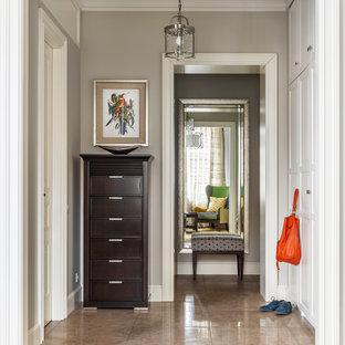 Свежая идея для дизайна: фойе среднего размера в классическом стиле с серыми стенами, полом из керамогранита и бежевым полом - отличное фото интерьера