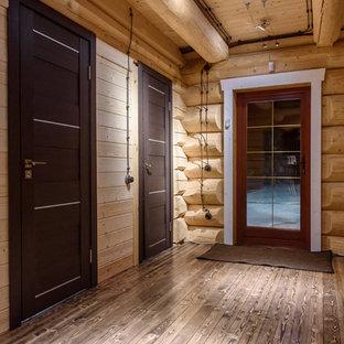Пример оригинального дизайна интерьера: входная дверь в стиле рустика с бежевыми стенами, одностворчатой входной дверью, стеклянной входной дверью и серым полом