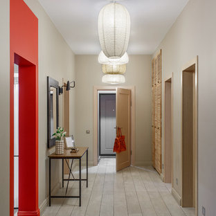 Exemple d'une porte d'entrée éclectique de taille moyenne avec un sol en carrelage de céramique, une porte simple, une porte en bois brun, un sol gris et un mur beige.