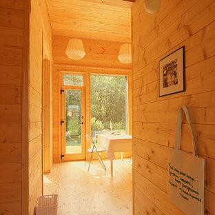 Стильный дизайн: маленькая прихожая в скандинавском стиле с деревянным полом и желтым полом - последний тренд