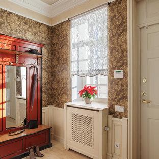 Неиссякаемый источник вдохновения для домашнего уюта: прихожая в классическом стиле с коричневыми стенами, одностворчатой входной дверью и белой входной дверью