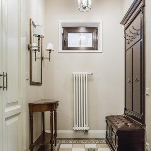 Mittelgroßer Klassischer Eingang mit Stauraum, beiger Wandfarbe, buntem Boden, Porzellan-Bodenfliesen, Einzeltür, weißer Tür und Kassettendecke in Moskau