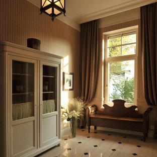 Mittelgroßer Klassischer Eingang mit Foyer, brauner Wandfarbe, Keramikboden und beigem Boden in Moskau