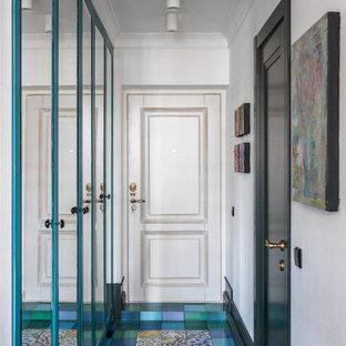 Выдающиеся фото от архитекторов и дизайнеров интерьера: входная дверь в стиле фьюжн с белыми стенами, одностворчатой входной дверью, белой входной дверью, разноцветным полом и полом из керамической плитки