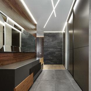 Пример оригинального дизайна: большая прихожая в современном стиле с серыми стенами и серым полом