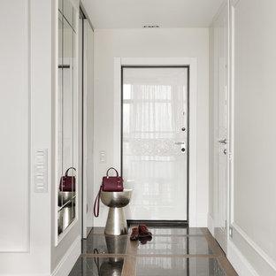 Стильный дизайн: входная дверь в стиле современная классика с белыми стенами, одностворчатой входной дверью, белой входной дверью и разноцветным полом - последний тренд