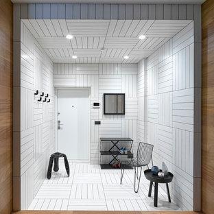 Idee per una porta d'ingresso design di medie dimensioni con pareti bianche, pavimento con piastrelle in ceramica, una porta singola, una porta bianca e pavimento bianco