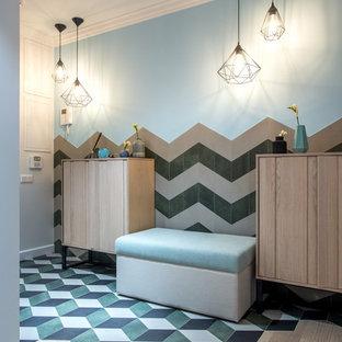 Создайте стильный интерьер: узкая прихожая в стиле современная классика с полом из керамогранита, разноцветными стенами и разноцветным полом - последний тренд