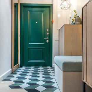 Свежая идея для дизайна: узкая прихожая в стиле современная классика с белыми стенами, одностворчатой входной дверью, зеленой входной дверью, полом из керамогранита и разноцветным полом - отличное фото интерьера