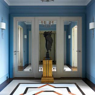Выдающиеся фото от архитекторов и дизайнеров интерьера: фойе среднего размера в стиле современная классика с синими стенами, мраморным полом и разноцветным полом