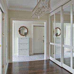 Стильный дизайн: входная дверь в современном стиле с бежевыми стенами, темным паркетным полом, одностворчатой входной дверью и белой входной дверью - последний тренд