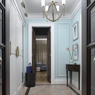 Пример оригинального дизайна: маленькая узкая прихожая в стиле современная классика с синими стенами, гранитным полом, коричневой входной дверью и коричневым полом