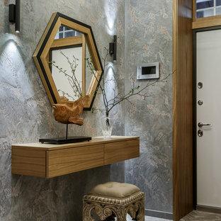Пример оригинального дизайна: входная дверь в современном стиле с серыми стенами, одностворчатой входной дверью, белой входной дверью и бежевым полом