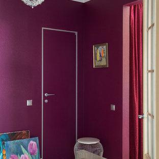 Пример оригинального дизайна: маленькое фойе в современном стиле с фиолетовыми стенами, полом из керамической плитки, входной дверью из светлого дерева и обоями на стенах